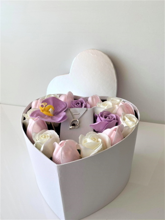 "Aranjament floral cu 17 trandafiri, lalele si orhidee din sapun SC-R144-M2  si Colier ""FOREVER"" purple0"
