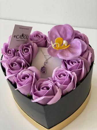 "Aranjament floral cu 12 trandafiri si o orhidee din sapun SC-R142-M3  si Colier ""LOVE HEART "" violet [1]"