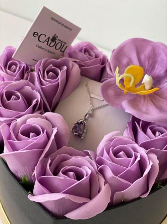 "Aranjament floral cu 12 trandafiri si o orhidee din sapun SC-R142-M3  si Colier ""LOVE HEART "" violet [0]"