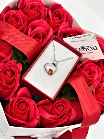 Aranjament floral cu 15 trandafiri din sapun SC-R13T-M3 si Colier Expensive Heart rosu [4]