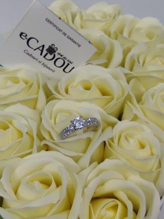 Set CADOU Regal White 18cm cu cristale placat cu aur 18k  si  aranjament floral 31 trandafiri din sapun [3]