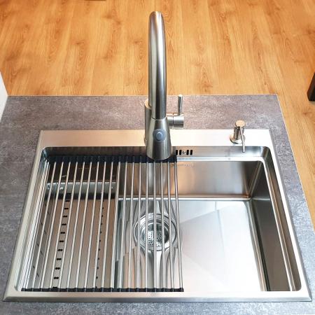 Chiuveta bucatarie inox CookingAid HERA TOP cu dozator detergent, gratar rulabil inox, tocator lemn Sapele + accesorii montaj0