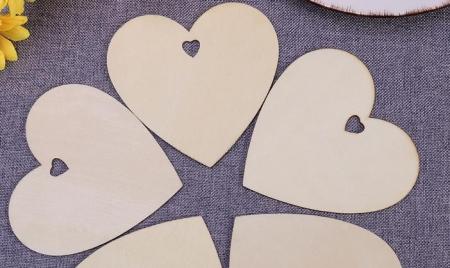 Inima din lemn cu gaura in forma de inimioara [0]