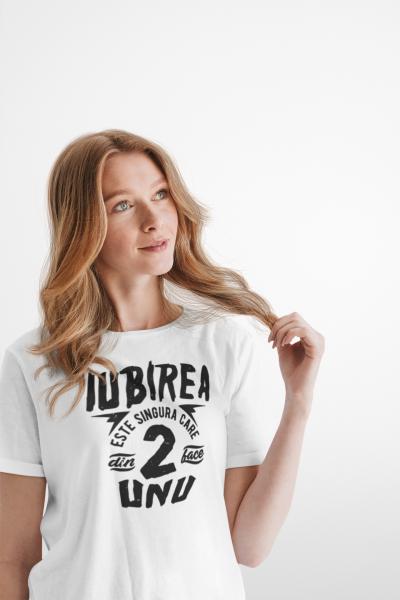 "Tricou alb personalizat cu mesajul ""Iubirea este singurul lucru"" [1]"