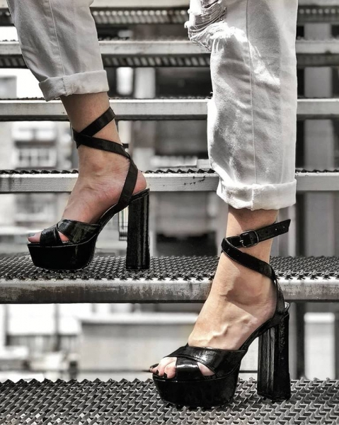 Sandale din piele neagra texturata, cu toc gros patrat si platforma 1