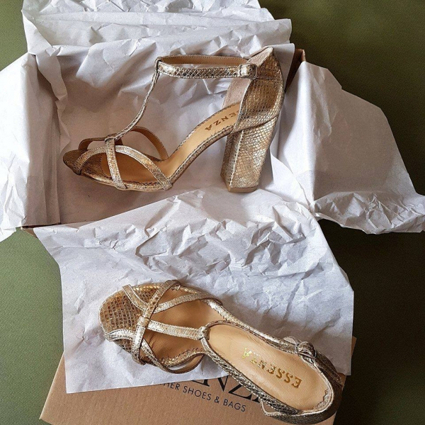 Sandale cu toc patrat, din piele aurie cu textura de piele de sarpe. [0]