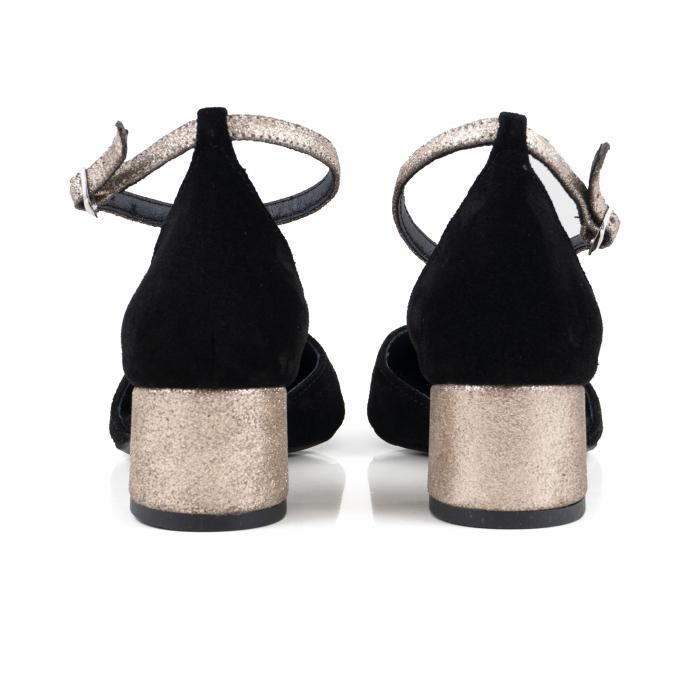 Pantofi cu varf rotund, cu decupaj si bareta la calcai, din piele intoarsa neagra si piele auriu glitter. 2
