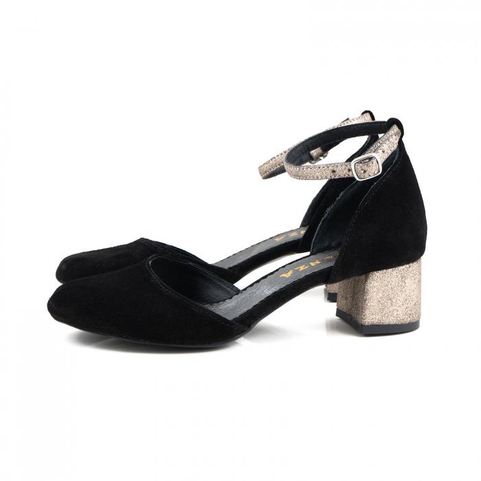 Pantofi cu varf rotund, cu decupaj si bareta la calcai, din piele intoarsa neagra si piele auriu glitter. 1