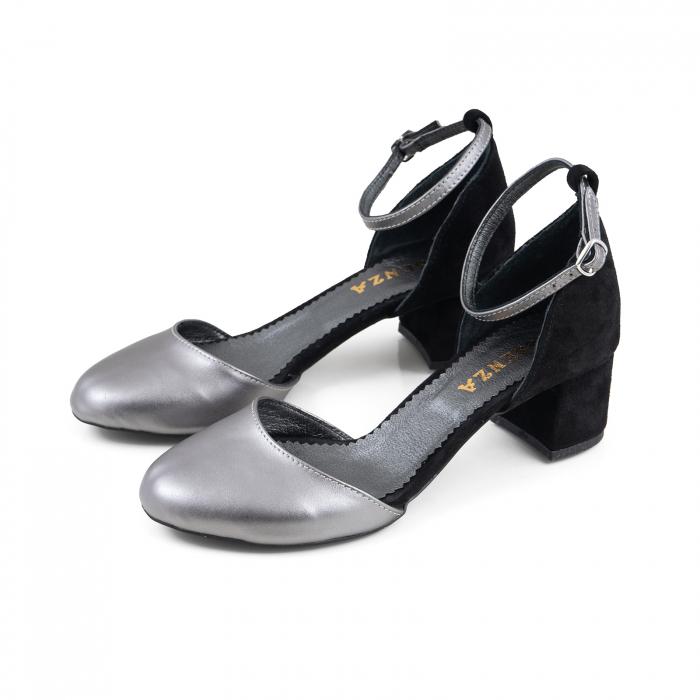 Pantofi cu varf rotund, cu decupaj si bareta la calcai, din piele intoarsa neagra si piele laminata argintie 1