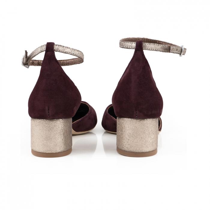 Pantofi cu varf rotund, cu decupaj si bareta la calcai, din piele intoarsa visinie si piele auriu glitter 3
