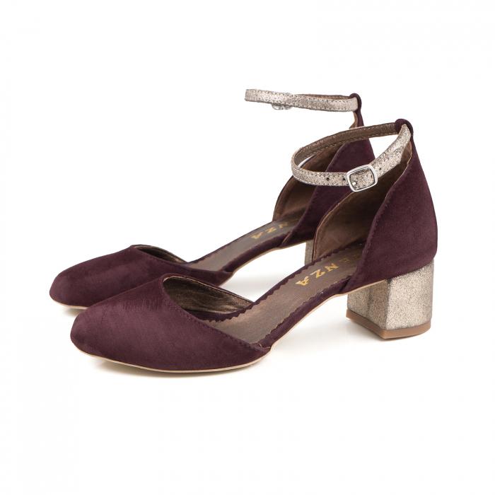 Pantofi cu varf rotund, cu decupaj si bareta la calcai, din piele intoarsa visinie si piele auriu glitter 1
