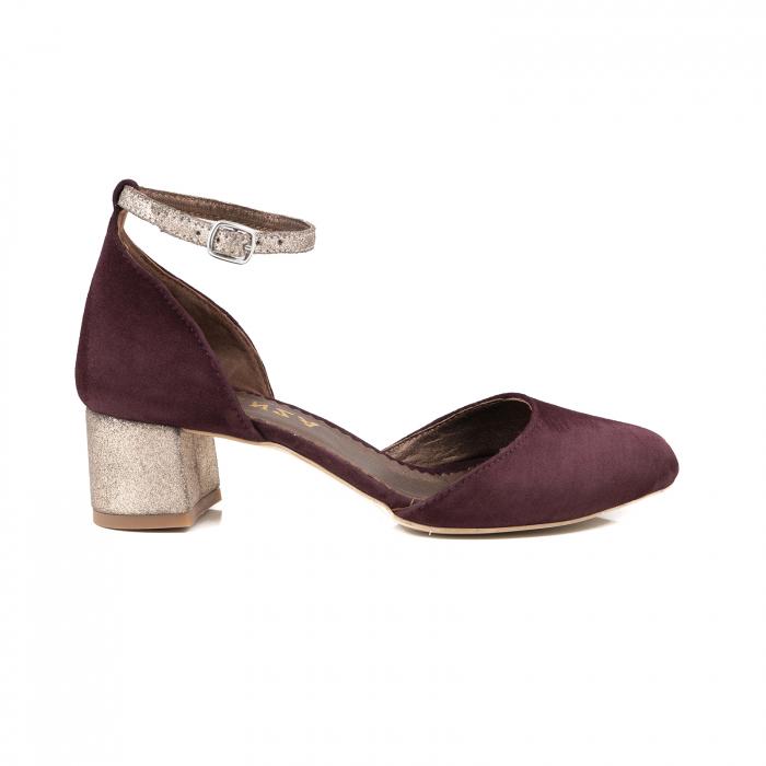 Pantofi cu varf rotund, cu decupaj si bareta la calcai, din piele intoarsa visinie si piele auriu glitter 0