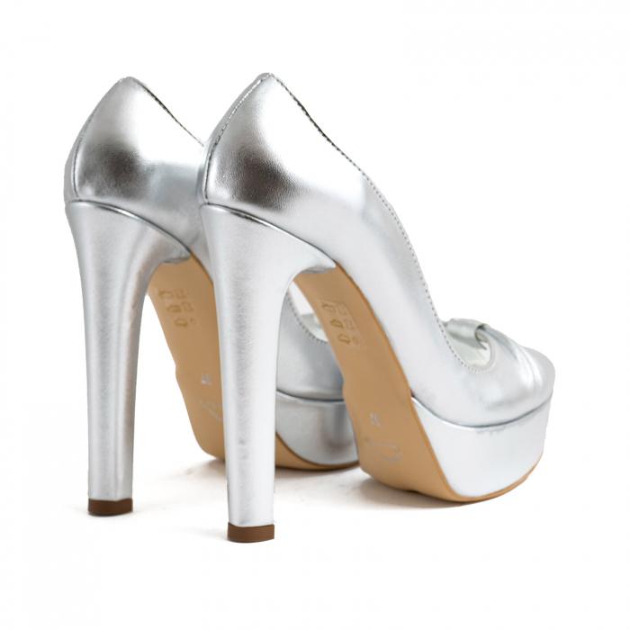 Pantofi din piele laminata argintie, cu varful decupat in detaliu din pliuri prinse intr-un inel 4