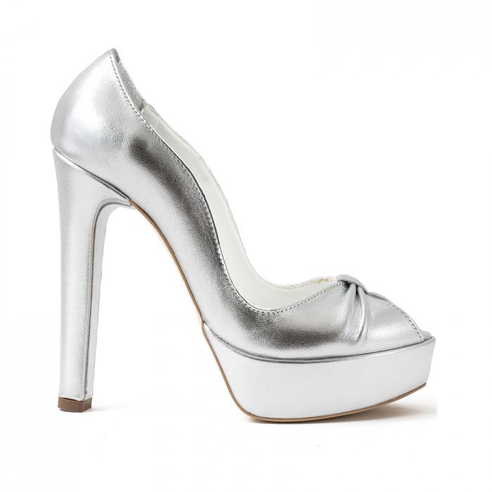 Pantofi din piele laminata argintie, cu varful decupat in detaliu din pliuri prinse intr-un inel 0