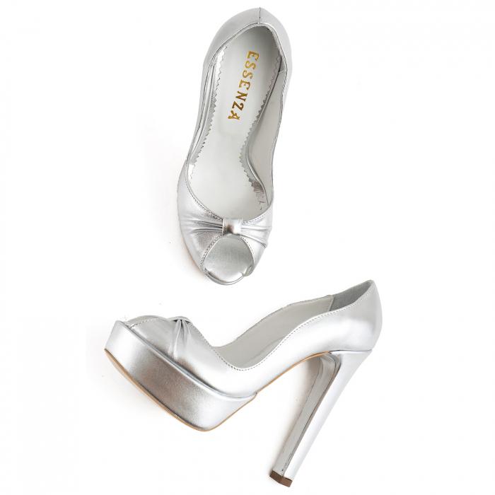 Pantofi din piele laminata argintie, cu varful decupat in detaliu din pliuri prinse intr-un inel 2