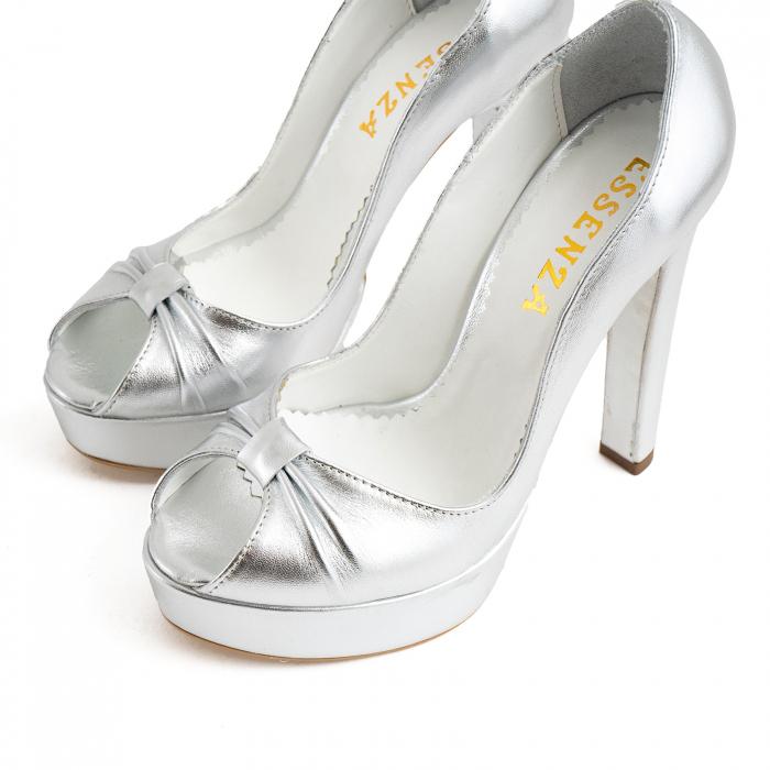 Pantofi din piele laminata argintie, cu varful decupat in detaliu din pliuri prinse intr-un inel 3