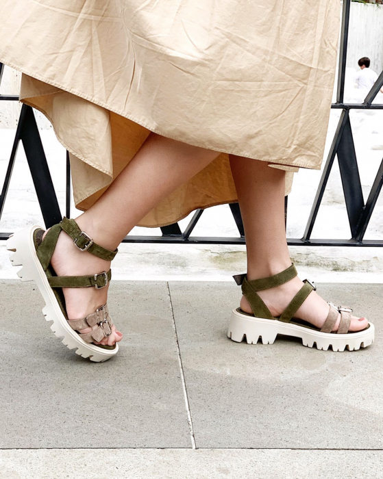 Sandale cu talpa groasa si barete cu catarame, din piele intoarsa vernis si bej 2