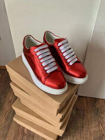 Pantofi cu talpă groasă realizati din piele naturala rosu metalizat2