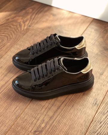 Pantofi cu talpă groasă, realizati din piele naturala lacuita neagra si aurie0