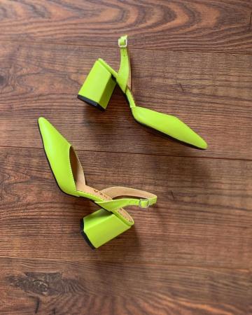 Pantofi cu varf ascutit decupati, cu bareta peste calcai, din piele naturala verde neon [2]