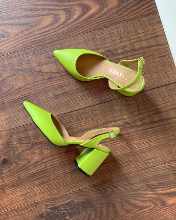 Pantofi cu varf ascutit decupati, cu bareta peste calcai, din piele naturala verde neon [1]