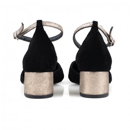 Pantofi cu varf rotund, cu decupaj si bareta la calcai, din piele intoarsa neagra si piele auriu glitter.2