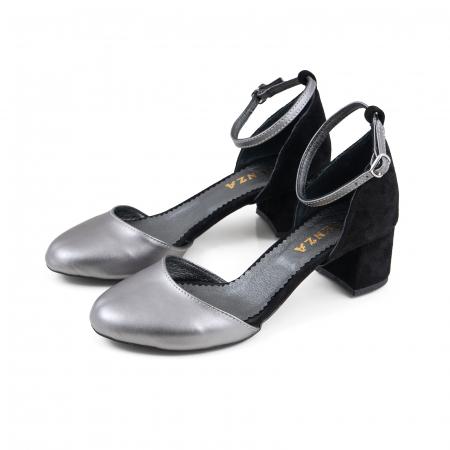 Pantofi cu varf rotund, cu decupaj si bareta la calcai, din piele intoarsa neagra si piele laminata argintie1