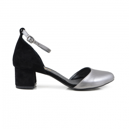 Pantofi cu varf rotund, cu decupaj si bareta la calcai, din piele intoarsa neagra si piele laminata argintie0