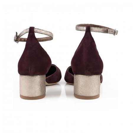 Pantofi cu varf rotund, cu decupaj si bareta la calcai, din piele intoarsa visinie si piele auriu glitter3