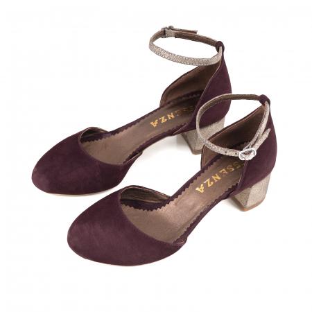 Pantofi cu varf rotund, cu decupaj si bareta la calcai, din piele intoarsa visinie si piele auriu glitter2