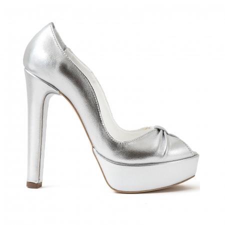 Pantofi din piele laminata argintie, cu varful decupat in detaliu din pliuri prinse intr-un inel0