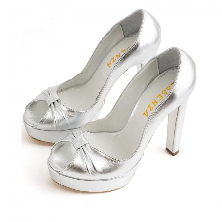 Pantofi din piele laminata argintie, cu varful decupat in detaliu din pliuri prinse intr-un inel1