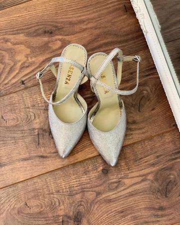 Pantofi din piele laminata argintiu texturat, cu varf ascutit [1]