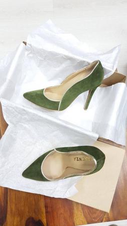 Pantofi stiletto din piele intoarsa kaki cu paspol beige [1]