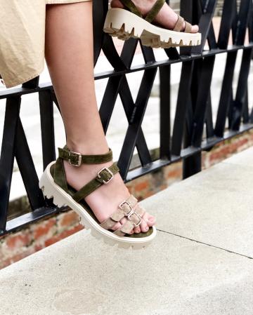 Sandale cu talpa groasa si barete cu catarame, din piele intoarsa vernis si bej1