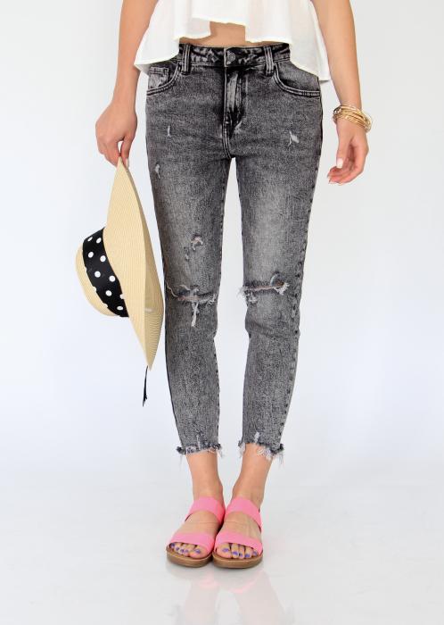 Jeans detaliu rupt, nefinisati. 2