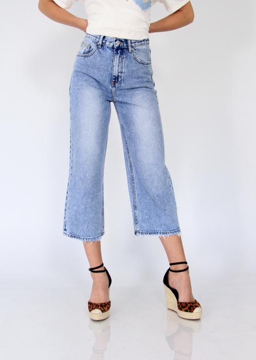 Pantaloni din denim evazati. 1
