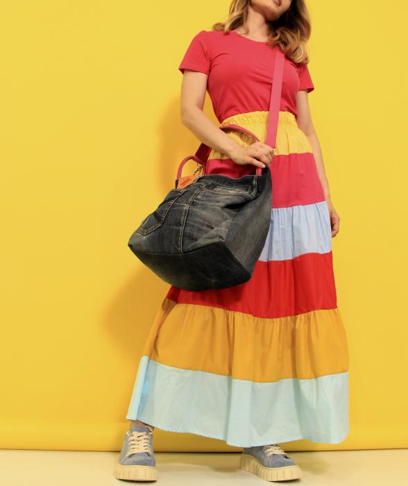 Fusta lunga dungi colorate cu tricou simplu si geanta din denim cu paiete. [2]