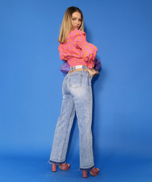Bluza cu maneci bufante si elastic, pantaloni din denim evazati decupati la spate. 3