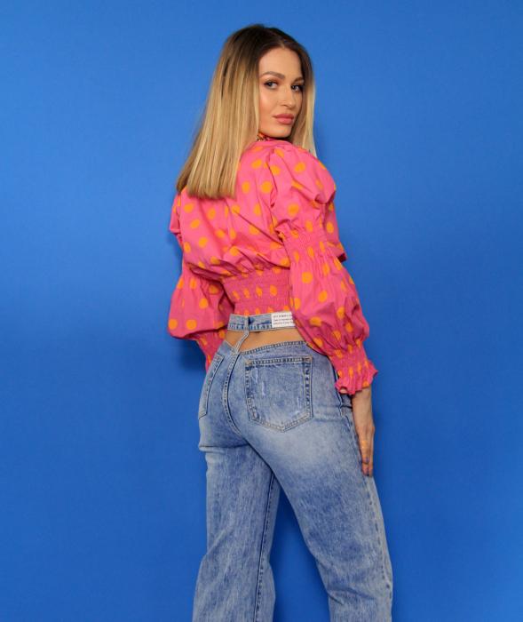 Bluza cu maneci bufante si elastic, pantaloni din denim evazati decupati la spate. 5