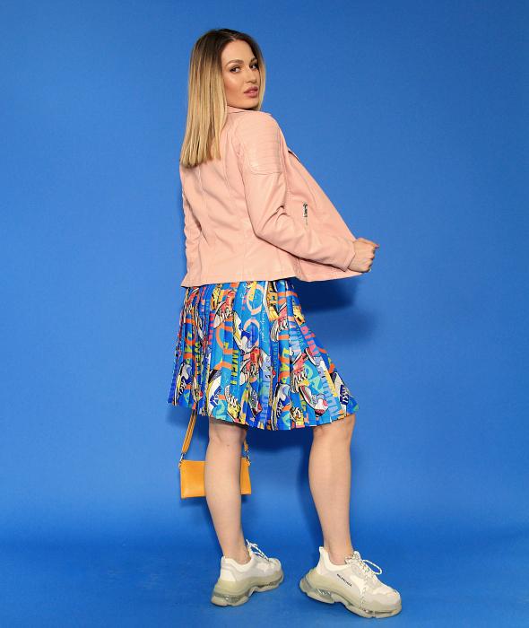 Jacheta Eco cu fermoare, fusta scurta cu pliuri multicolora si tricou scurt cu nod. [3]