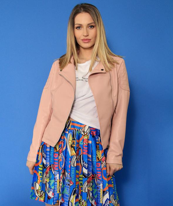 Jacheta Eco cu fermoare, fusta scurta cu pliuri multicolora si tricou scurt cu nod. [4]