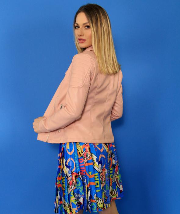 Jacheta Eco cu fermoare, fusta scurta cu pliuri multicolora si tricou scurt cu nod. [5]