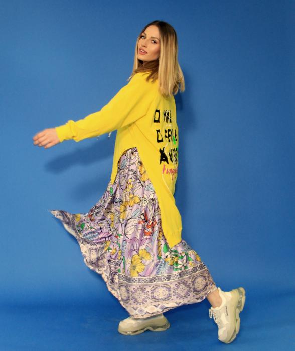 Hanorac cu gluga asimetric si rochie lunga imprimeu floral. 2