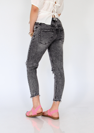 Jeans detaliu rupt, nefinisati.4
