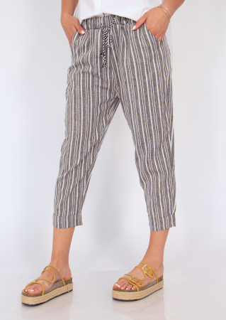 Pantaloni cu dungi fine1