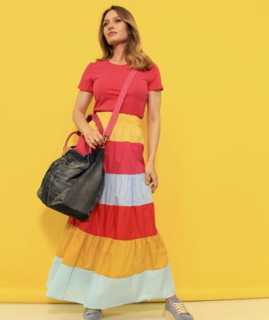 Fusta lunga dungi colorate cu tricou simplu si geanta din denim cu paiete. [0]