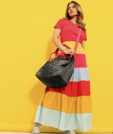 Fusta lunga dungi colorate cu tricou simplu si geanta din denim cu paiete. [1]