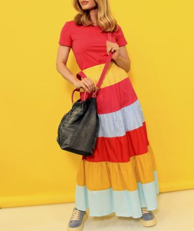 Fusta lunga dungi colorate cu tricou simplu si geanta din denim cu paiete. [3]