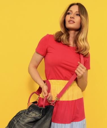 Fusta lunga dungi colorate cu tricou simplu si geanta din denim cu paiete. [4]